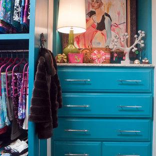 Ejemplo de vestidor de mujer, bohemio, pequeño, con armarios con paneles con relieve, puertas de armario azules y moqueta