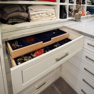 Idéer för ett stort modernt walk-in-closet för kvinnor, med luckor med upphöjd panel, vita skåp och heltäckningsmatta