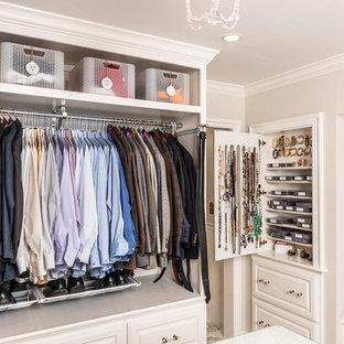 Exempel på ett stort klassiskt walk-in-closet för könsneutrala, med luckor med upphöjd panel, vita skåp och heltäckningsmatta