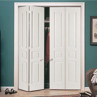 Imagen de armario y vestidor clásico, pequeño, con puertas de armario blancas y suelo de madera clara
