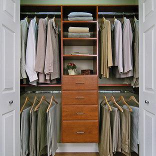 Imagen de armario unisex, tradicional, de tamaño medio, con armarios abiertos, suelo marrón y suelo laminado