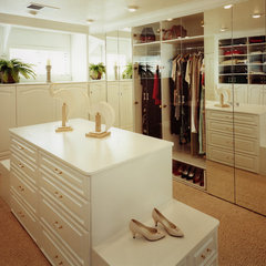 traditional closet by Malka Sabroe-JoHanson