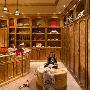 Cette photo montre un très grand dressing room chic pour une femme avec moquette, un sol beige et un placard avec porte à panneau encastré.