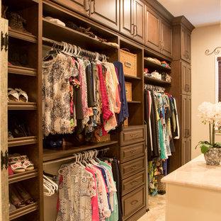 Modelo de armario vestidor unisex, tradicional, grande, con armarios con paneles con relieve, puertas de armario de madera en tonos medios, suelo de baldosas de porcelana y suelo beige