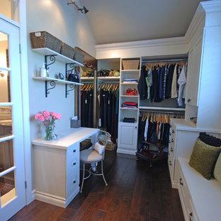 Idéer för att renovera ett stort vintage omklädningsrum för könsneutrala, med luckor med upphöjd panel, vita skåp och mellanmörkt trägolv
