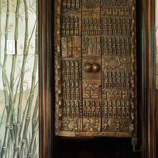 Diseño de armario vestidor unisex, ecléctico, con suelo de madera en tonos medios y suelo marrón