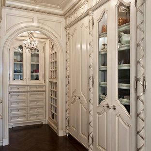 Idee per armadi e cabine armadio classici con ante beige