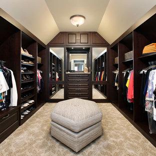 Imagen de armario vestidor clásico con puertas de armario de madera en tonos medios