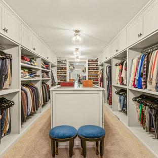 Idéer för stora vintage walk-in-closets för könsneutrala, med luckor med infälld panel, vita skåp, heltäckningsmatta och beiget golv