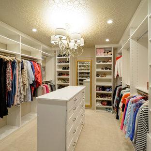Ejemplo de vestidor de mujer, ecléctico, de tamaño medio, con armarios estilo shaker, puertas de armario blancas, moqueta y suelo beige