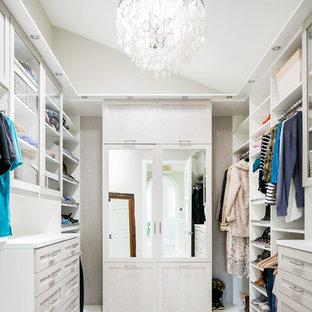 Imagen de armario vestidor clásico renovado con armarios estilo shaker, puertas de armario blancas, moqueta y suelo blanco