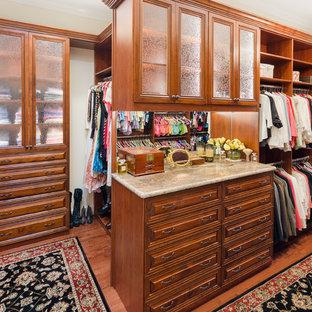 Idéer för vintage garderober för könsneutrala, med luckor med upphöjd panel, skåp i mellenmörkt trä och brunt golv