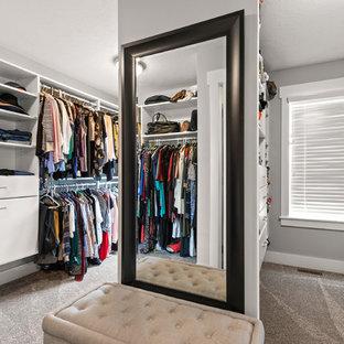 Diseño de armario vestidor unisex, de estilo americano, de tamaño medio, con armarios con paneles lisos, puertas de armario blancas, moqueta y suelo gris