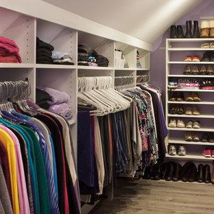 ニューヨークの広い男女兼用トランジショナルスタイルのおしゃれなフィッティングルーム (フラットパネル扉のキャビネット、白いキャビネット、ラミネートの床、ベージュの床) の写真