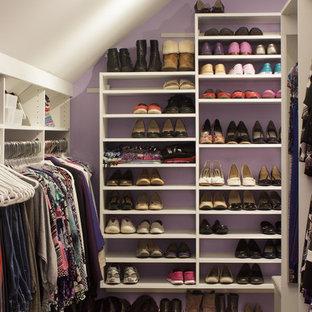 ニューヨークの大きい男女兼用トランジショナルスタイルのおしゃれなフィッティングルーム (フラットパネル扉のキャビネット、白いキャビネット、ラミネートの床、ベージュの床) の写真