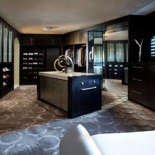Imagen de vestidor unisex, actual, extra grande, con armarios con paneles lisos, puertas de armario negras, moqueta y suelo multicolor