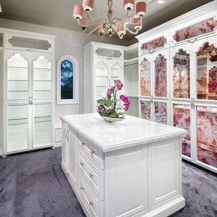 Diseño de vestidor de mujer, mediterráneo, de tamaño medio, con armarios tipo vitrina, puertas de armario blancas, moqueta y suelo violeta