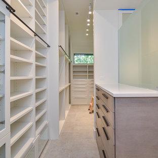 Imagen de armario vestidor unisex, clásico renovado, de tamaño medio, con armarios con paneles lisos, puertas de armario grises, suelo de baldosas de porcelana y suelo gris