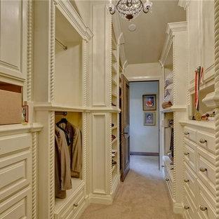 Foto de armario vestidor de mujer, clásico renovado, grande, con armarios con paneles con relieve, puertas de armario beige y moqueta