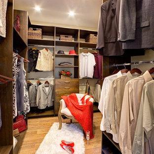 Modelo de armario vestidor de hombre, clásico renovado, grande, con armarios con paneles lisos, puertas de armario de madera en tonos medios y suelo de baldosas de porcelana