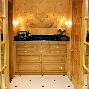 Foto de armario vestidor de mujer, tradicional, de tamaño medio, con armarios estilo shaker, puertas de armario amarillas y suelo de baldosas de cerámica