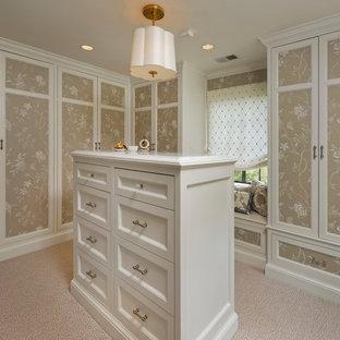 Diseño de vestidor de mujer, tradicional, con armarios con paneles empotrados, puertas de armario beige, moqueta y suelo beige