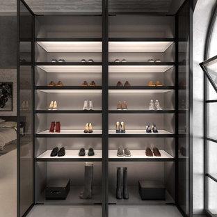 Imagen de armario unisex, minimalista, de tamaño medio, con armarios abiertos, suelo de linóleo y suelo gris