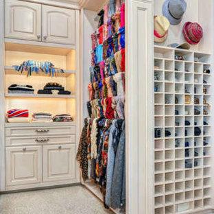 Diseño de armario vestidor unisex, mediterráneo, extra grande, con armarios con paneles con relieve, puertas de armario con efecto envejecido, moqueta y suelo beige