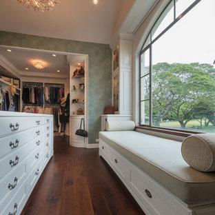Foto de vestidor de mujer, mediterráneo, grande, con armarios con paneles con relieve, puertas de armario blancas, suelo marrón y suelo de madera oscura