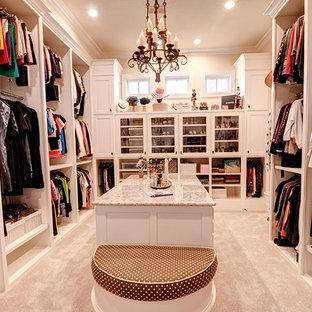 Inspiration för ett mycket stort vintage omklädningsrum för kvinnor, med skåp i shakerstil, vita skåp och heltäckningsmatta