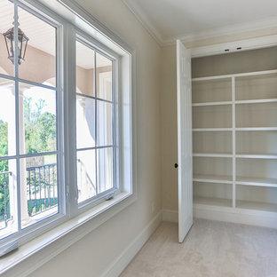 Modelo de armario unisex, mediterráneo, pequeño, con armarios abiertos, puertas de armario blancas, moqueta y suelo beige