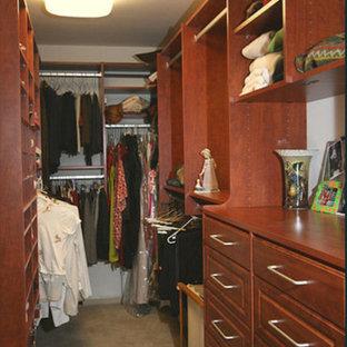 Ejemplo de armario y vestidor bohemio, grande, con armarios con paneles empotrados