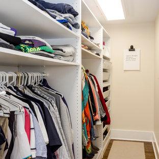 Ispirazione per una piccola cabina armadio per donna american style con nessun'anta, ante bianche, pavimento in legno massello medio e pavimento marrone
