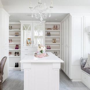 Ispirazione per una grande cabina armadio per donna tradizionale con ante con riquadro incassato, ante bianche, pavimento in marmo, pavimento bianco e travi a vista