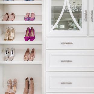 Inspiration för stora klassiska walk-in-closets för kvinnor, med luckor med infälld panel, vita skåp, marmorgolv och vitt golv