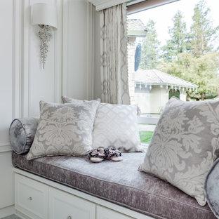 Ejemplo de armario vestidor de mujer, tradicional, grande, con armarios con paneles empotrados, puertas de armario blancas, suelo de mármol y suelo blanco