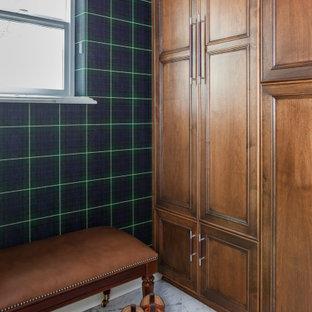 Cette image montre un petit dressing traditionnel pour un homme avec un placard avec porte à panneau encastré, des portes de placard en bois brun, un sol en marbre, un sol blanc et un plafond en bois.