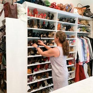 Ejemplo de vestidor de mujer y abovedado, tradicional, grande, con armarios abiertos, puertas de armario blancas, suelo de madera en tonos medios y suelo marrón