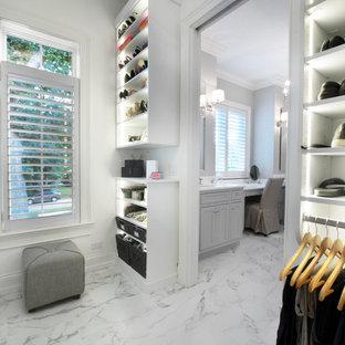 Foto di una cabina armadio unisex minimalista di medie dimensioni con ante in stile shaker, ante bianche, pavimento in marmo e pavimento multicolore