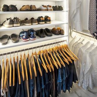 Foto de armario vestidor unisex, minimalista, de tamaño medio, con armarios estilo shaker, puertas de armario blancas, suelo de mármol y suelo multicolor