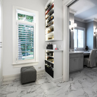 Modelo de armario vestidor unisex, minimalista, de tamaño medio, con armarios estilo shaker, puertas de armario blancas, suelo de mármol y suelo multicolor
