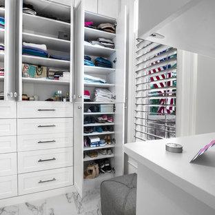 Immagine di una cabina armadio unisex moderna di medie dimensioni con ante in stile shaker, ante bianche, pavimento in marmo e pavimento multicolore