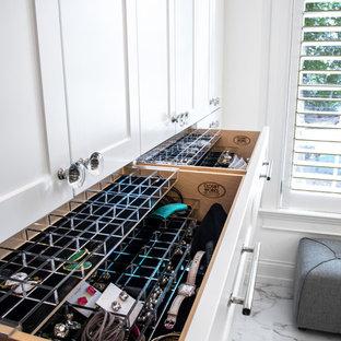 Ispirazione per una cabina armadio unisex moderna di medie dimensioni con ante in stile shaker, ante bianche, pavimento in marmo e pavimento multicolore