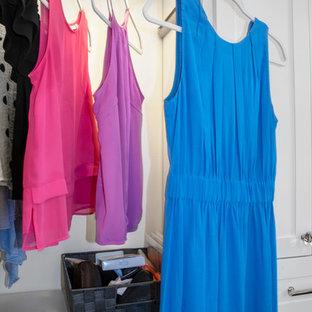 Imagen de armario vestidor unisex, moderno, de tamaño medio, con armarios estilo shaker, puertas de armario blancas, suelo de mármol y suelo multicolor