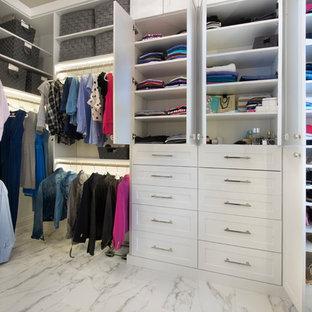 Foto de armario vestidor unisex, moderno, de tamaño medio, con armarios estilo shaker, puertas de armario blancas, suelo de mármol y suelo multicolor