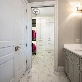Immagine di una cabina armadio unisex minimalista di medie dimensioni con ante in stile shaker, ante bianche, pavimento in marmo e pavimento multicolore