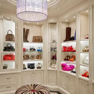 Diseño de armario y vestidor mediterráneo con puertas de armario blancas