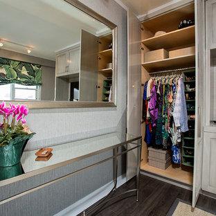 Modelo de armario unisex, ecléctico, pequeño, con armarios con paneles con relieve, puertas de armario con efecto envejecido y suelo de madera oscura