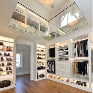 Neutraler, Großer Klassischer Begehbarer Kleiderschrank mit offenen Schränken, weißen Schränken und braunem Holzboden in New York