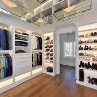 Ejemplo de armario vestidor unisex, tradicional renovado, grande, con armarios abiertos, puertas de armario blancas, suelo de madera en tonos medios y suelo marrón